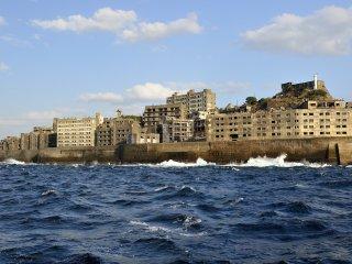 空の穏やかさとは反対に海は波がぶつかり、船がかなり上下する