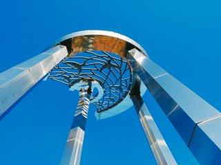 Terdapat sebuah monumen di titik tengah taman