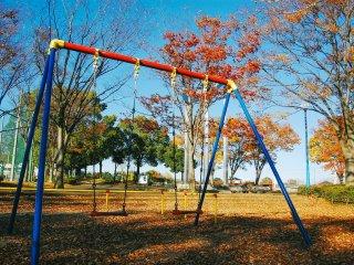 Terdapat ayunan di taman bermain, bisa dinikmati bersama keluarga.
