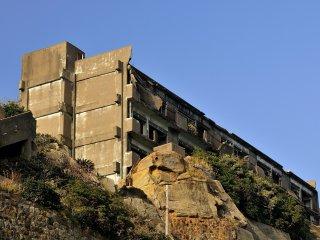 Les mines de charbon de Gunkanjima furent fermées en 1974, et le 20 avril de cette année là, tout le monde quitta l'île qui reste inhabitée depuis