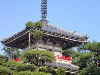 Một ngôi chùa ba tầng nằm trong khu vườn Nhật Bản của Rinno-ji