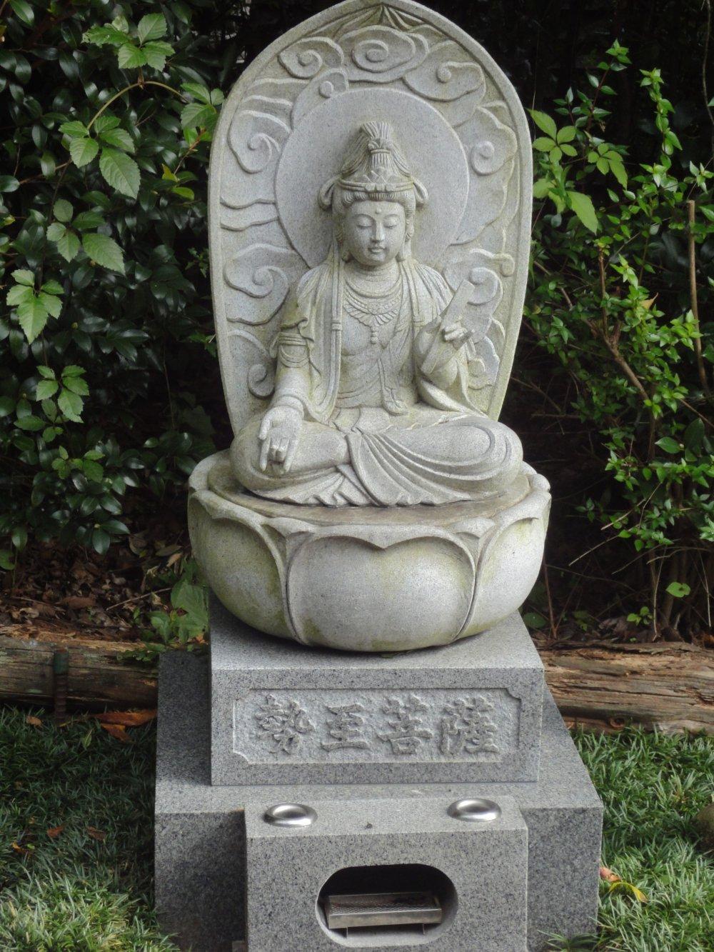 Bạn sẽ thấy một số pho tượng Bồ Tát dọc theo đền thờ