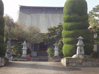 Bạn cũng sẽ thấy ngôi đền này trên đường