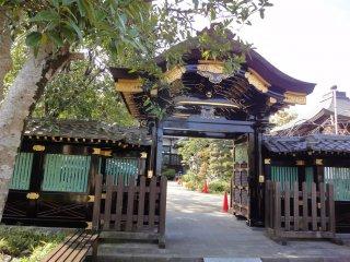 Bạn cũng có thể thấy cổng tuyệt đẹp này ở một ngôi đền khác