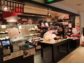 売店。外国人宿泊客が多いので、いかにも京都を意識させるようなお土産のディスプレーである