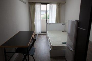 <p>房间内配有桌椅,冰箱和门厅</p>
