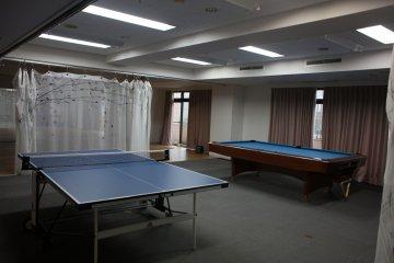 <p>乒乓球台和台球桌</p>