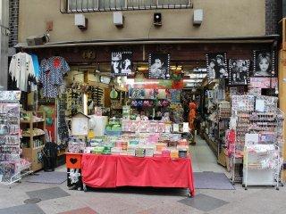 他の通りにはあまり見かけない特徴として、この新京極通には多くの京都観光土産物店が集まっていることだ。そのため地元の人たちではなく観光客向けの商店街の色合いが強い