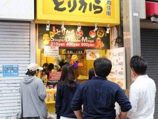 新京極通の人気店の一つ。鶏肉専門業者が経営する店