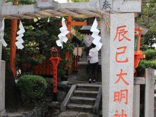 舞妓・芸妓さんたちが芸事の上達祈願に詣でる「辰巳大明神」。祇園町北側の中心的なランドマークだ