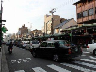 この四条通の向こう側が祇園町北側