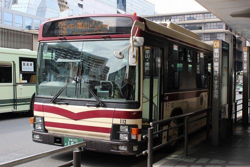 観光都市京都で、それぞれの観光スポットに最も安価で最寄りまで運んでくれるのは市バスである
