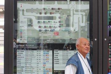시버스의 노선도 앞에 선 이 남자는 '시 버스 컨시어지'. 시 버스에 관한 것은 무엇이든 아주 정중하게 가르쳐준다. 우선 그에게 물어볼 일이다