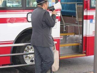 バス出発時にはこのように拡声器で行き先を案内している。再確認して乗車したい