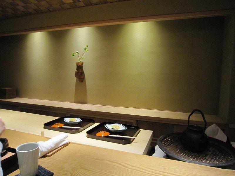 카운터석이 9개, 작은 개인실 1개, 방은 4명 정도 들어갈 수 있다