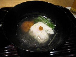 鱧(はも)は京料理には欠かせない。包丁が丁寧に入っていて骨の断片すら舌上に残らない。出汁はこの椀だけのために特別に取られるという