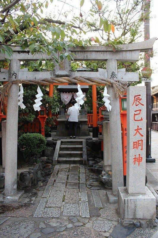 """교토의 유흥가· 기온은 북쪽, 시라카와 타츠미바시 근처의 네거리에 """"타츠미다이묘진""""은 있다"""