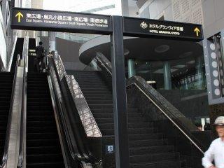 JR京都駅北口を出ると右手にこのエスカレーターがある。ホテルロビーは2階にある