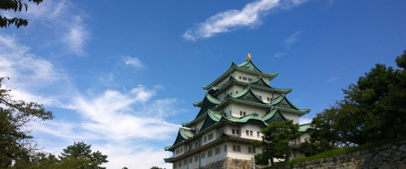 ปราสาทนาโกย่า (Nagoya Castle) อันยิ่งใหญ่ตระการตานี้เป็นมรดกล้ำค่าของญี่ปุ่นที่ได้รับการยกย่องว่าเป็นหนึ่งในปราสาทที่สวยที่สุดแห่งแดนอาทิตย์อุทัย ปราสาทแห่งนี้บัญชาการสร้างขึ้นโดยโชกุนโตกุงาวะ อิเอะยาสุ ตัวปราสาทดั้งเดิมนั้นก่อสร้างขึ้นเมื่อปี ค.ศ.1610 ก่อนถูกกองกำลังทางอากาศของสหรัฐฯ ทิ้งระเบิดทำลายในคราวสงครามโลกครั้งที่สองเมื่อปี ค.ศ.1945 อย่างราบคาบ ปราสาทหลังใหม่นั้นถูกปลุกชีวิตขึ้นมาใหม่แต่ยังคงสร้างตามแบบดั้งเดิมในอดีตทุกประการซึ่งแล้วเสร็จในปี ค.ศ.1959 และตั้งตระหง่านเป็นสัญลักษณ์แห่งเมืองนาโกย่าอีกครั้งมาจนถึงปัจจุบัน