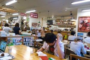 มุมคาเฟ่ในร้านที่เสิร์ฟเครื่องดื่มและอาหาร ให้อารมณ์ห้องอาหารของโรงเรียนเล็กๆ แต่น่านั่งชิลล์ทีเดียว