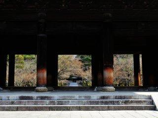Ворота, сидя на вершине которых знаменитый японский вор Исикава Гоемон произнес свою знаменитую речь