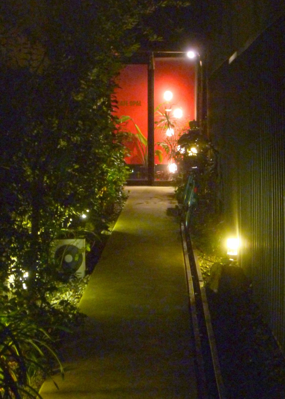The narrow alley that leads to the cafe.  The cafe is open from 12:00 to 21:00 (last order).