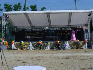 Pada 2014 Festival Internasional Universitas Tohoku diselenggarakan di Sekolah Menengah Pertama Sanjo. Di panggung ini anda dapat melihat pertunjukan dan peragaan busana.