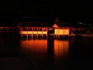 神秘的な社殿 右楽房と平舞台