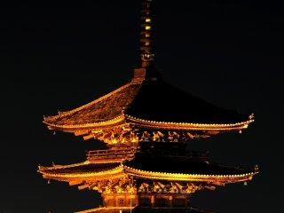 八坂の塔が金色に浮び上っている これも京都のランドマーク的な存在だろう