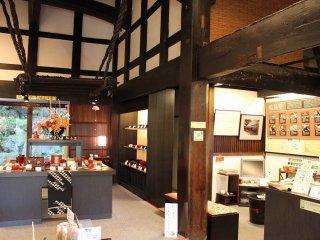 輪島塗の館内部。輪島塗の器などのギャラリーとショップ、体験教室で構成されている