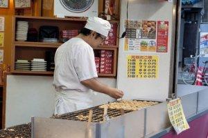 พนักงานทำทาโกะยากิอร่อยๆ กันทั้งวันแบบไม่มีหยุด