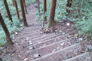 Hati -hati saat menurin tangga menuju dasar air terjun waktu ataupun sehabis hujan
