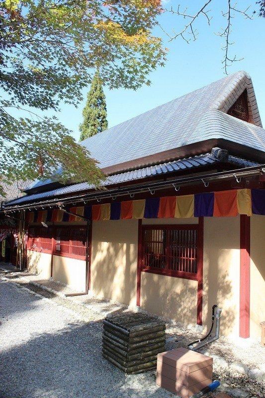 「金箔の館」。小松市滝が原町より移築。明治初期のもので、銅板葺き二階建ての古民家だ