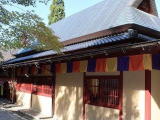 금박의 관. 코마츠시 류가 하라마치에서 옮겨온 것. 메이지 초기의 것으로 동판 지붕 2층 높이의 고민가이다