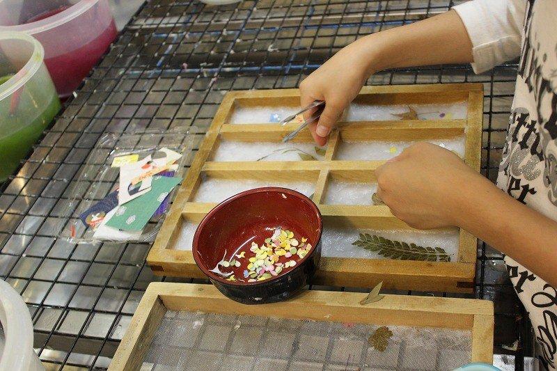 일본 종이를 뜬 체험중. 누름 잎틀을 만들고 있다