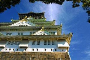 อีกมุมมองของปราสาทโอซาก้า ( 大阪城) ที่ฉายอดีตให้เราเห็นความยิ่งใหญ่และรุ่งเรืองในอดีตได้อย่างชัดเจน