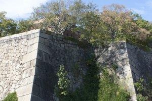 กำแพงหินที่สูงชันมากเป็นปราการสำคัญที่ไว้คอยปกป้องปราสาทโอซาก้า ซึ่งก่อนจะถึงกำแพงนั้นก็มีคูน้ำล้อมรอบ เป็นปราการอันแข็งแกร่งและวางแผนเพื่อป้องการการบุกรุกได้อย่างดีเยี่ยม