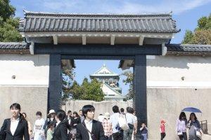 ประตูทางเข้าปราสาทโอซาก้า ( 大阪城) ซึ่งมีผู้มาเยือนอย่างหนาแน่นทุกวัน