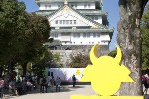 ปราสาทโอซาก้า ( 大阪城) กับโลโก้น่ารักๆ ที่ใช้ประชาสัมพันธ์ซึ่งแผลงมาจากชื่อปราสาท (ภาษาญี่ปุ่น) นั่นเอง