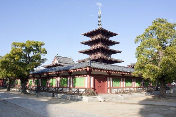 เจดีย์ 5 ชั้น อันถือเป็นอาคารหลักของวัดชิเท็นโนจิ (四天王寺) ซึ่งตั้งเด่นเป็นสง่าอยู่ในเขตอารามด้านใน ตรงจุดนี้จะมีห้องโถงหลัก (Golden Pavilion) ซึ่งเป็นที่ประดิษฐานของพระโพธิ์สัตว์ (Nyorai Kannon) ให้เราได้สักการะบูชาอีกด้วย