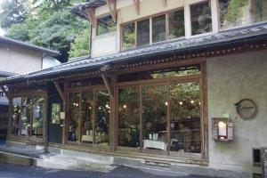 ด้านหน้าร้าน Kifune Club ที่โดดเด่นด้วยเรือนไม้ผสานกระจกบานใหญ่ที่เปิดให้เราสัมผัสธรรมชาติอันงดงามอย่างเต็มที่