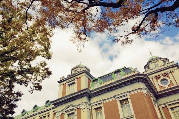 Osaka Central Public Hall อาคารเก่าแก่คลาสสิคอันเป็นพระเอกแห่งนากาโนะชิมา (中之島 / Nakanoshima) และเป็นสัญลักษณ์สำคัญของเมืองโอซาก้า ซึ่งความงดงามในฤดูใบไม้ร่วงนั้นเป็นอีกหนึ่งฤดูที่แสนมีเสน่ห์