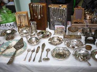 Koleksi peralatan makan antik dari Eropa