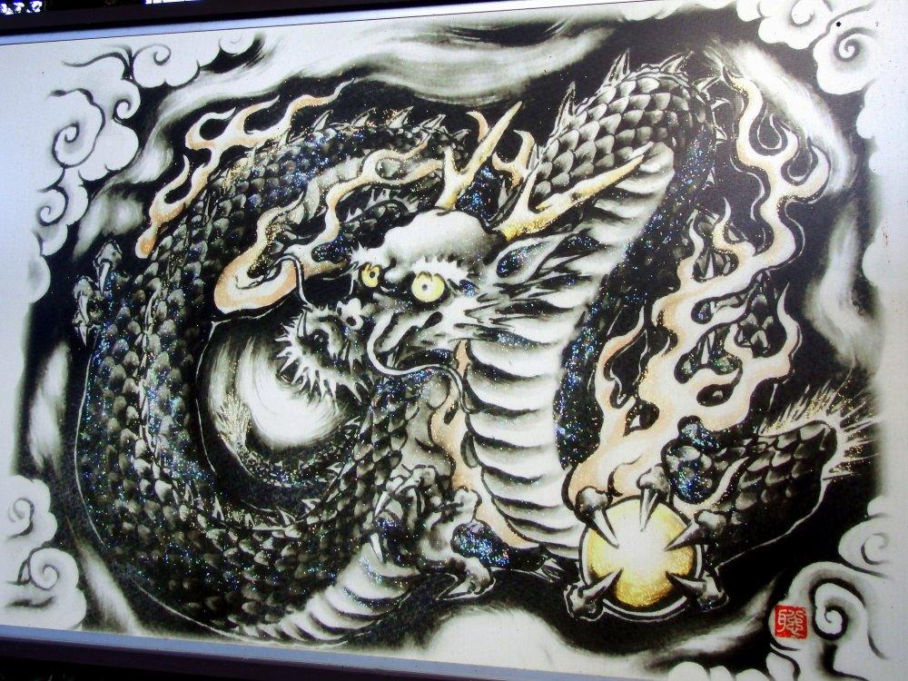 Изображение Черного Дракона украшает стены святилища