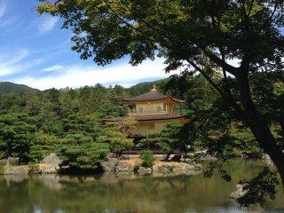 """Hampir semua wisatawan yang mengujungi Kinkakuji berusaha mengambil kesempatan berphoto di tempat yang dianggap sebagai """"spot photo"""", padahal jika mau bergeser sedikit ke area yang tidak terlalu banyak orang, bisa mendapatkan hasil yang lumayan bagus!"""