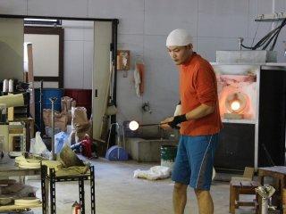 本格的なガラス工芸の実演