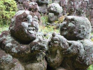 虚空蔵菩薩へ向かう石橋の手前に立つ羅漢像