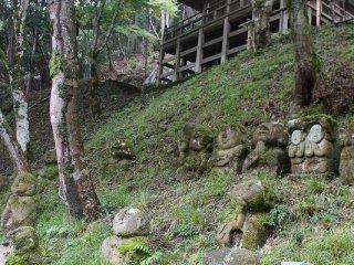 地蔵堂下の斜面には羅漢像が