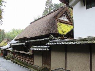 内部は土間がたっぷりと広く取られ、四ツ間取りの部屋割りも農家風建築の特徴である