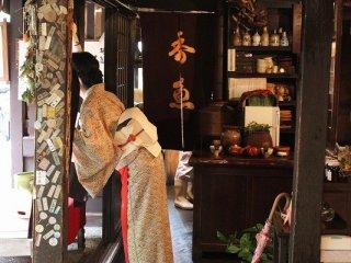 店内。「おこしやす」「おおきに」の柔らかい京ことばが耳に心地よい